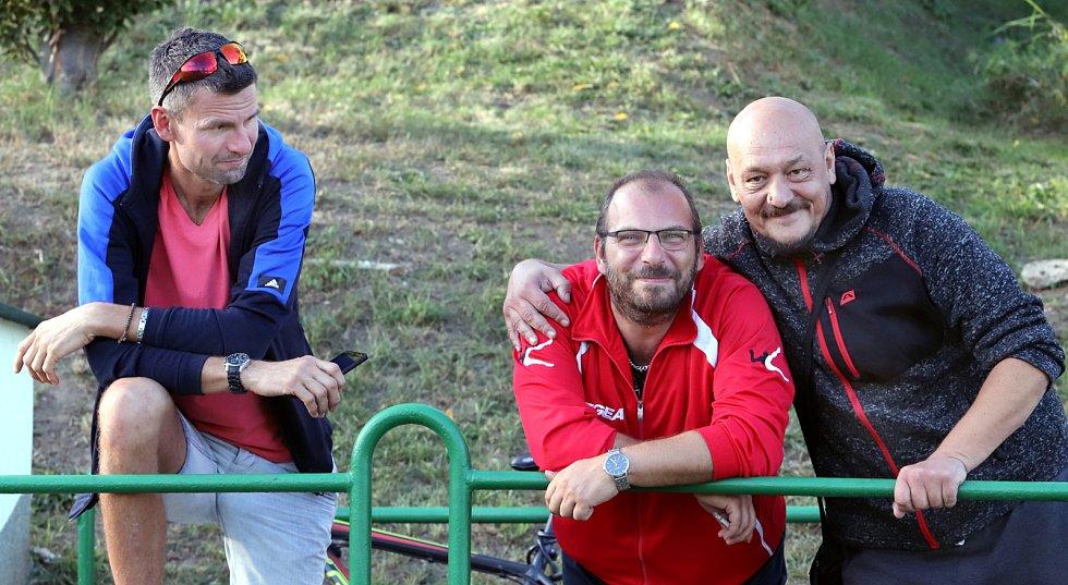 II. třída Ústí n/L 5- kolo. Rezerva Neštěmic (bíločervení) porazila SKP Sever (žlutozelení) 8:3. Poločas - fanoušci.