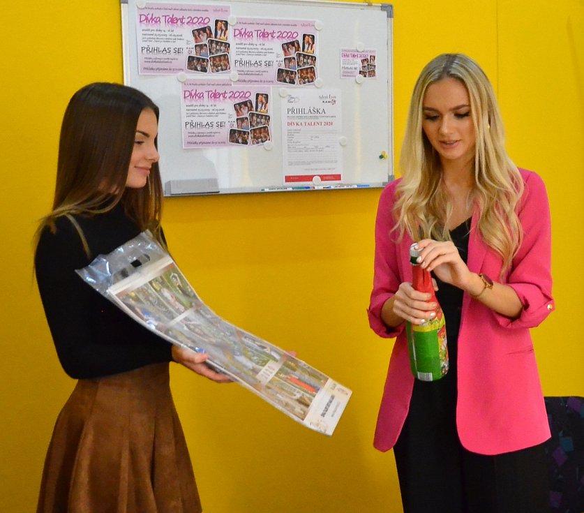 Křest kalendáře soutěže Dívka talent pro rok 2020. Natálie Bílá (vpravo) a Natálie Karásková