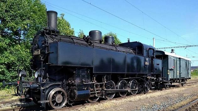 Lokomotiva 431.032 na cestě z Jaroměře do Zubrnic.