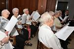 Pěvecký sbor seniorů z Krásného Března si zazpíval s Karlem Poláčkem a kamarády