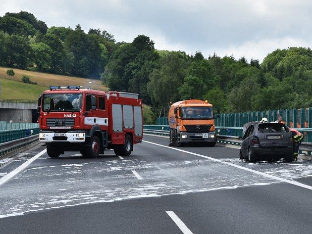 Dálnice D8 byla uzavřená. UKrásného Lesa shořelo auto.
