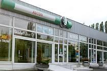 Ještě nedávno se za sklem všebořického autosalonu se servisem blýskala nová auta. Nyní tam zákazníci uvidí jen prázdnou výlohu. Auton skončil. Zatímco motoristé hledají nový servis, Okim, nyní jediný autorizovaný servis vozů Škoda v Ústí, si mne ruce.