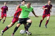 Fotbalisté Svádova (v zelenočerném) doma prohráli s Hostovicemi vysoko 1:6.