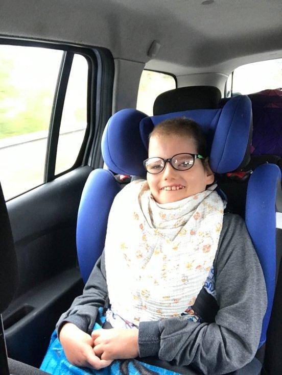 Třináctiletý Michálek Kirschner z Ústí se narodil s vrozeným hydrocefalem, zvýšeným množstvím mozkomíšního moku. K tomu se přidaly další diagnózy – epilepsie, kvadruplegie, těžká mentální retardace, hypotonie a zraková vada.