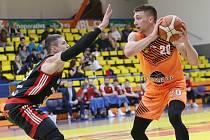 Spencer Svejcar (v oranžovém) v dresu Slunety Ústí nad Labem
