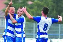 Ústečtí fotbalisté (modro-bílí) doma porazili Sokolov jasně 3:0.