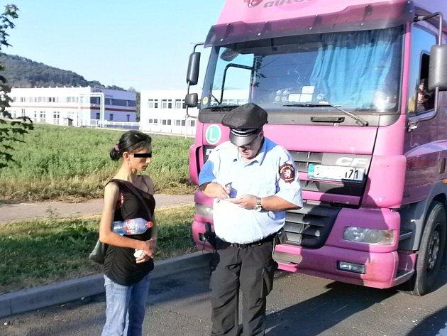 Strážníci se zaměřili na prostitutky obtěžující řidiče kamionů.