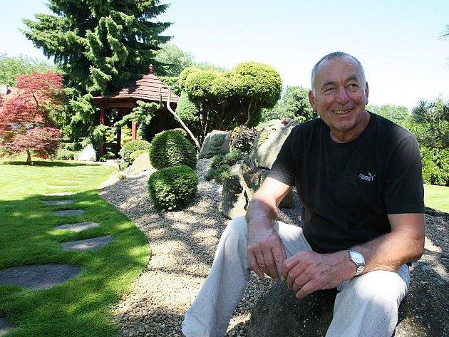 Jan Svoboda na své japonské zahradě.