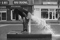 Dvě zjevně opilé ženy dovádějí ve vodotryscích na Mírovém náměstí. Na videu, které koluje po internetu, je vidět, že je kolemjdoucí strážníci nezastavili.