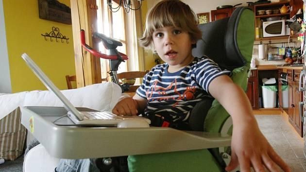Deník na návštěvě rodiny Jírových v Kololeči na Litoměřicku. Adámek nám předvedl, jak to umí s počítačem.