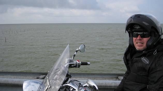 Na chopperu s partou nadšenců v holandském přístavu. Při tomto tripu ujel na motorce tři tisíce kilometrů.