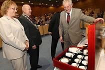 Prezident Miloš Zeman předal hejtmanovi Oldřichu Bubeníčkovi sadu porcelánu v dřevěné truhle s přáním, aby jemu i jeho manželce sloužila dlouhá léta.