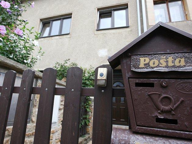 Třicetiletý vyšetřovatel z ústecké kriminálky, který by měl být ve vazbě za údajnou výrobu a prodej pervitinu, bydlí v Krásném Březně.