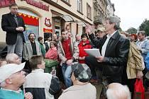 Stovky nájemníků, kteří bydlí v bytech firmy CPI Byty (bývalý Spobyt), přišly protestovat proti zvýšení nájemného.