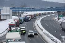 Dálnice D8 na Ústecku ve směru na Německo v úterý 9. února odpoledne opět stojí