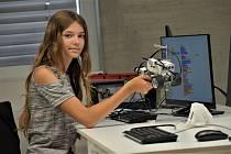 Dvanáctiletá Elen Hřebejková ukazuje svůj výtvor