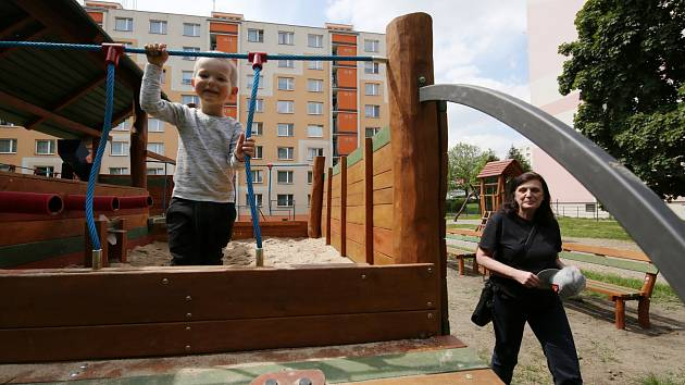 Nové dětské hřiště na sídlišti Skřivánek