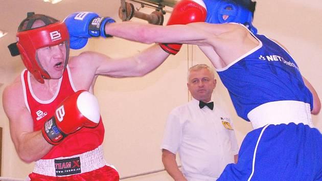 Ústecký boxer Oleksandr Kovalenko (vlevo) porazil ve váze do 57 kg domácího Lukáše Sobotku, první porážku ústeckého Barkasu v letošní sezoně tím však neodvrátil.