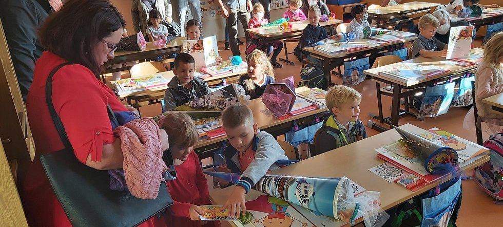 Prvňáčci tentokrát nezačali svůj první školní den v osm hodin, ale o čtvrt hodiny později. Roušky si nakonec mohli ve třídě sundat.