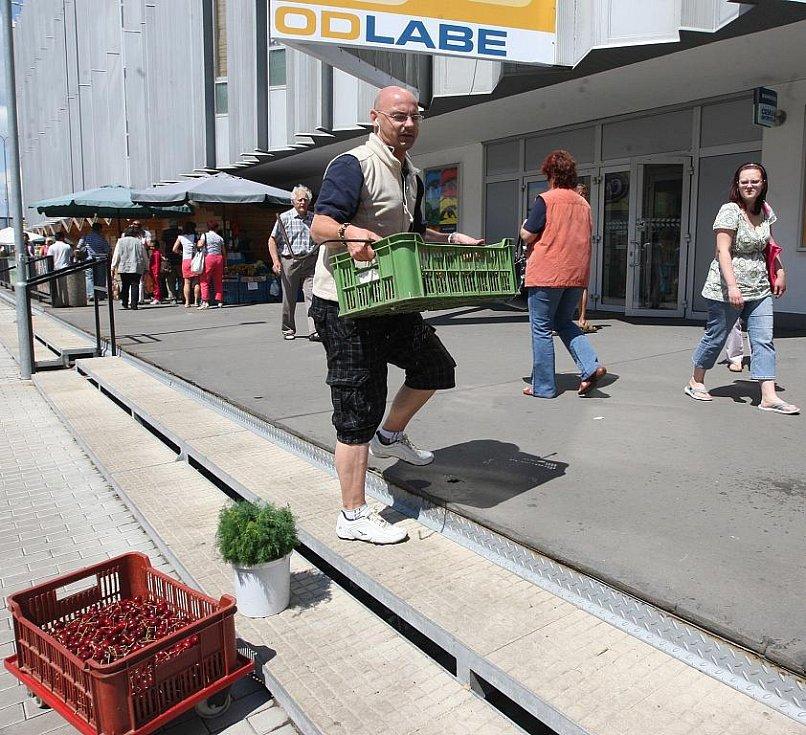 V dřevěném stánku za ústeckým obchodním domem Labe na tamní minitržnici jsem prodával čerstvou zeleninu. Největší zájem byl o třešně z Litoměřicka, mrkev a kopr.