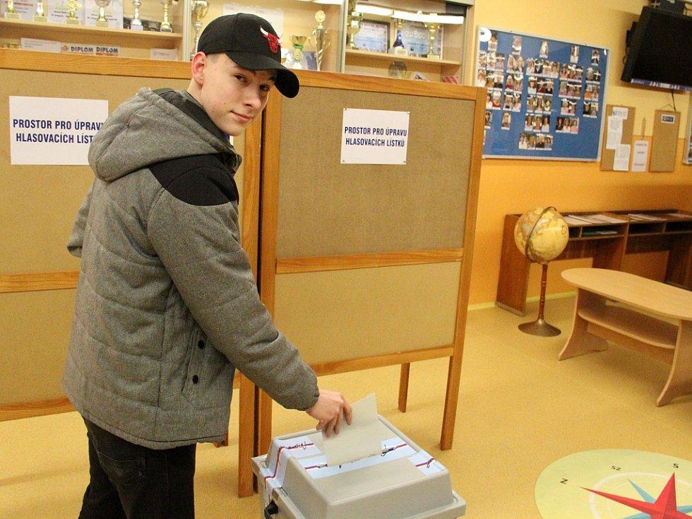 Osmnáctiletý Jan Dolanský z ústeckých Všebořic volil v pátek večer v aule ZŠ Vojnovičova podruhé v životě.