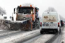 Sníh komplikuje cestování na severu Čech.