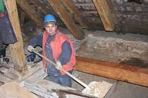 Řemeslníci stavební firmy Stamo provádějí opravy krovů půdních prostor.