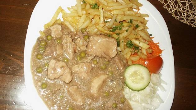 Michaela Arazimová si menu Ústeckého deníku objednala na doporučení servírky. Na Rychlém kuřecí si pochutnala.