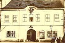1890: Mírové náměstí, dříve Tržní: na snímku přibližně z roku 1890 bývalá c. a k. solní celnice, zbořená v roce 1898. Na jejím místě postaven Wagnerův koloniál, přestavěný roku 1931 na banku, po válce sídlo Průboje.