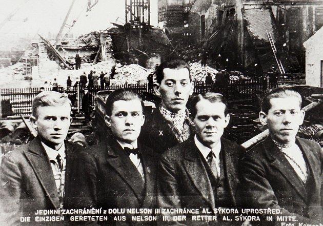 Vpopředí na snímku čtveřice horníků, která se zachránila únikem větrnou jámou Nelson VII.