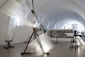 Výstava v Galerii moderního umění v Roudnici nad Labem s názvem V. K. N. je poctou nedávno zesnulému umělci Vratislavu Karlu Novákovi, jehož dílo bychom mohli zahrnout pod pojem kinetický konstruktivismus.