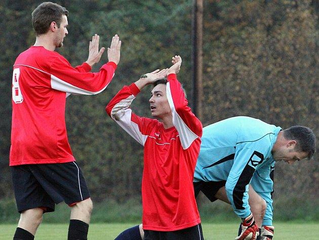 Fotbalisté Střekova (červení) měli důvod k radosti. Ilustrační foto ze zápasu s Libouchcem.