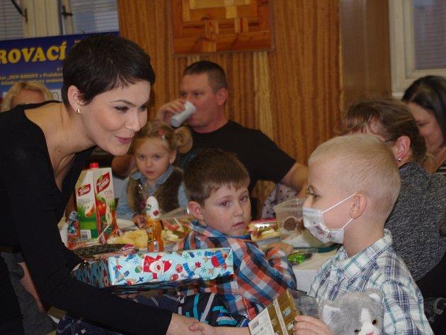 Dětské onkologické pacienty Masarykovy nemocnice navštívila modelka Vlaďka Erbová.