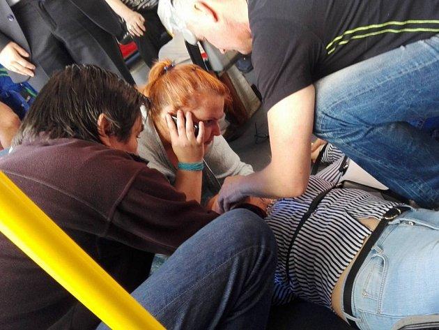 Dívka zkolabovala v trolejbusu v centru Ústí.