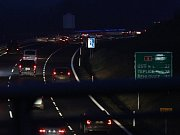 Letecký pohled na výstavbu dálnice D8 přes České středohoří. Pohled je na výstavbu dálnice od obloukového mostu v Opárně až po tunel Prackovice.