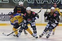Ústečtí hokejisté (žlutí) doma prohráli s Chomutovem 3:4.