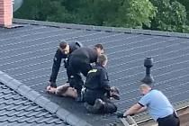 Zloděj v Ústí utekl před policisty na střechu, dolů se mu nechtělo