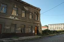 Domy za Spolchemií směrem k centru jsou léta neudržované a chátrající.