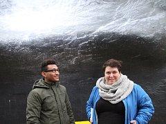 FILMON FQADU a výtvarnice Stefanie Busch před obrazem, který spolu s africkým kolegou Samuelem poblíž proslulé střekovské pivnice U Lípy vytvořili.