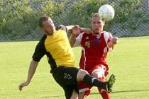 Fotbalisté Neštěmic (červené dresy) doma porazili Štětí vysoko 5:1.