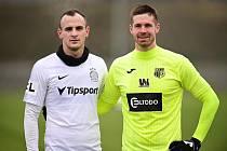 Jiří Pimpara (vpravo) během utkání s Davidem Lischkou. Oba podstoupili v minulosti operaci srdce a vrátili se k fotbalu.