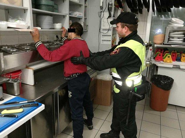 Strážníci zadrželi muže, který se vnoci vloupal do restaurace Pepe Lopez vÚstí.