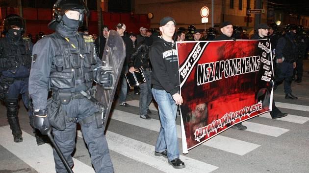 Pochod dorazil na Lidické náměstí, kromě incidentu u kruhového objezdu u Hotelu Vladimír se nic dramatického nestalo.