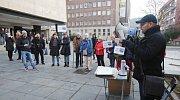 Demonstrace nespokojených občanů proti budoucímu primátorovi Petru Nedvědickému kvůli spekulativním nákupu a prodeji pozemků v Krupce.