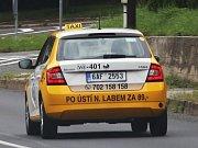 Automobily podobné bývalé veřejné bezpečnosti se prohánějí Ústeckem a dělají konkurenci ostatním taxislužbám.