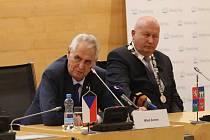 Prezident Miloš Zeman zamířil do zasedací místnosti krajských zastupitelů.