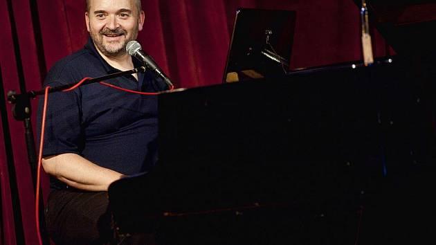 Jan Burian, osamělý písničkář i cestovatel.