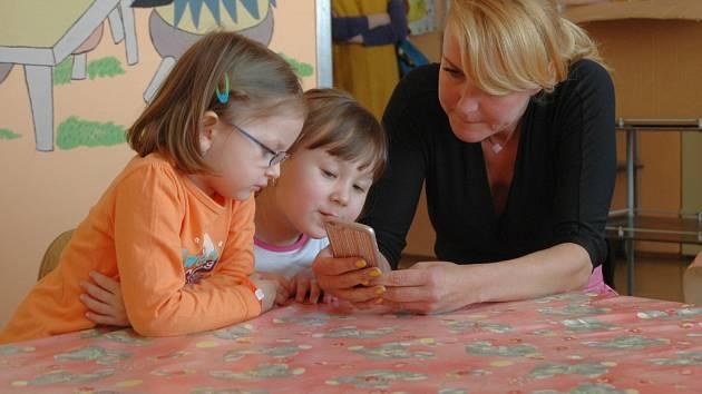 Vendula Svobodová přivezla do Masarykovy nemocnice příspěvek na dva přístroje. Setkala se i se zdejšími dětmi, kterým věnovala drobné hračky.