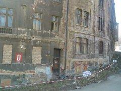 Některé historické domy v Ústí jsou v zoufalém stavu. Tyto jsou majetkem UJEP.