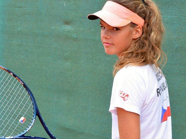 Třináctiletá tenistka Vendulka Žižková sbírá zkušenosti.